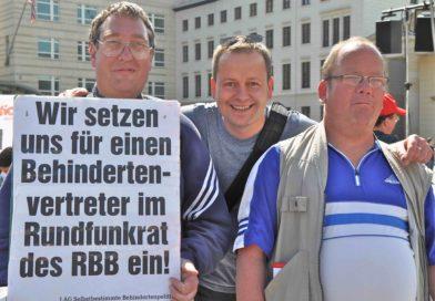 Christian Specht (links) ist Vorstandsmitglied der Lebenshilfe Berlin - gemeinsam mit Klaus Lederer (mitte), dem Senator für Kultur und Europa, DIE LINKE - auf dem Europäischen Protesttag zur Gleichstellung von Menschen mit Behinderung im Mai 2013. Specht kämpfte seit vielen Jahren für einen RBB-Vertreter aus den eigenen Reihen.