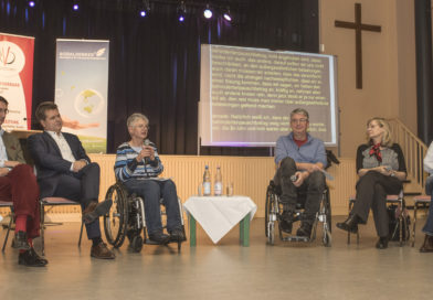 Diskussionsrunde mit sechs Teilnehmern.