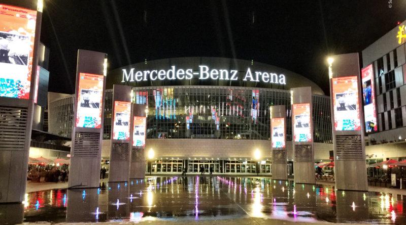 Der Mercedes-Platz am Abend