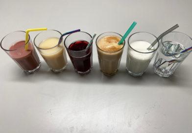 Sechs Gläser mit unterschiedlichen Getränken und Strohhalmen.