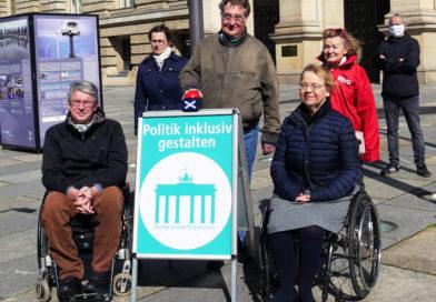 Eigentlich war die Freischaltung des Internetauftritts auf der Abschlußkundgebung im Rahmen des Protesttags geplant. Letztendlich fand es im kleinen Rahmen vor dem Berliner Abgeordnetenhaus statt (v.l.n.r., vordere Reihe): Dominik Peter, Christian Specht und Gerlinde Bendzuck.