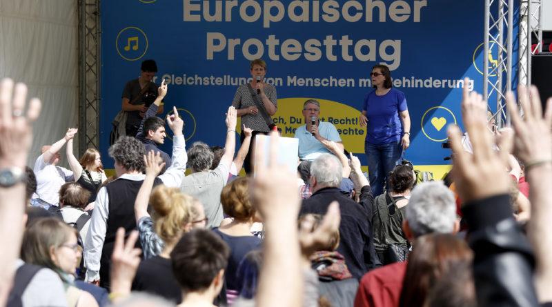 Elke Breitenbach auf der Bühne während eines Europäischen Protesttaags in Berlin.