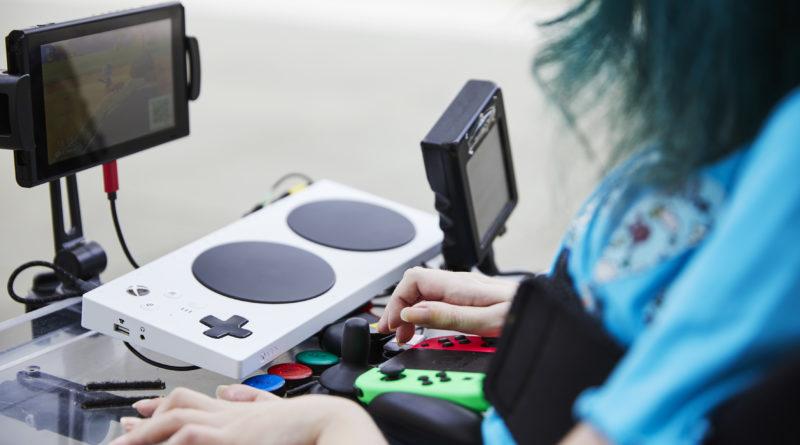 Rollstuhlfahrerin mit Gamingpad