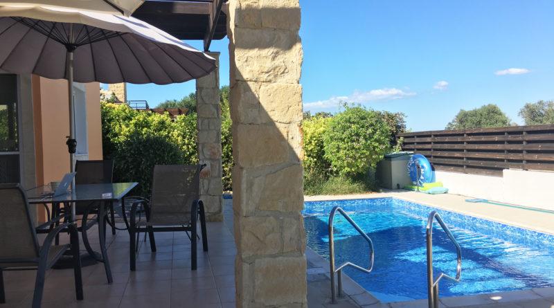 Haus mit Pool bei Sonne