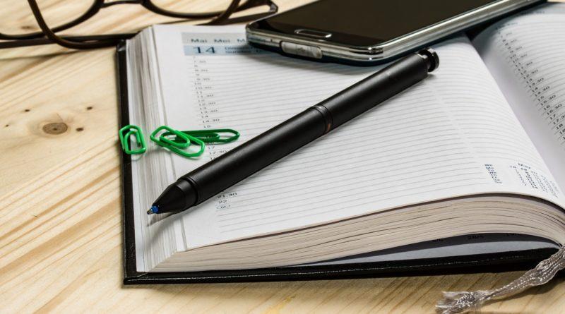 Terminkalender, Handy und Stift