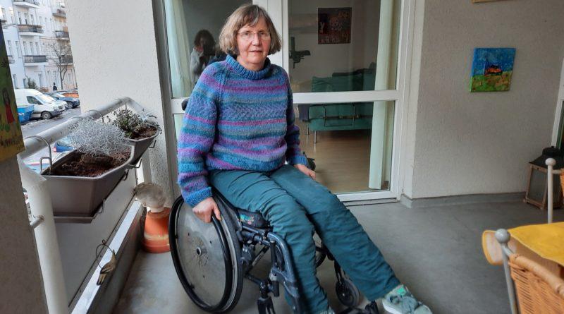 Ingrid Grolle sitzt im Rollstuhl.