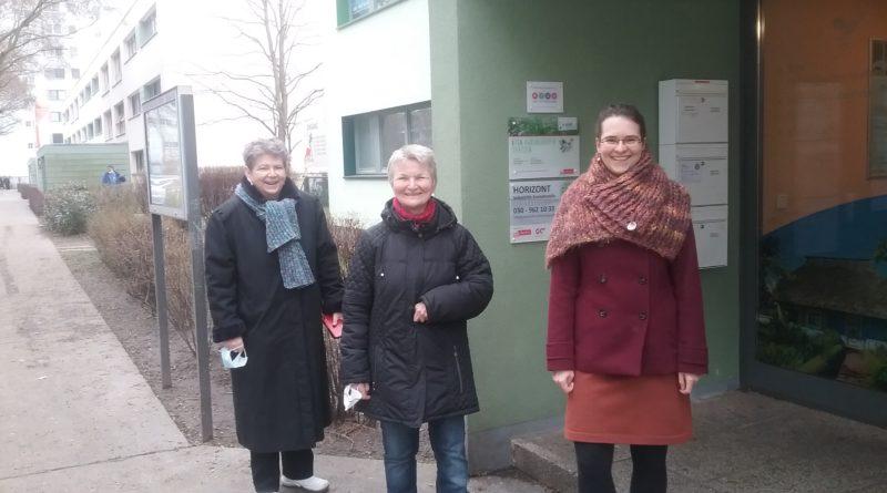 Inge Hartwig, Petra Gottwald und Julia Asmus vor der Kontaktstelle Horizont in Berlin-Hohenschönhausen.