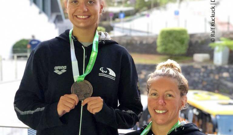Janina Breuer und Verena Schott mit Medaillen.