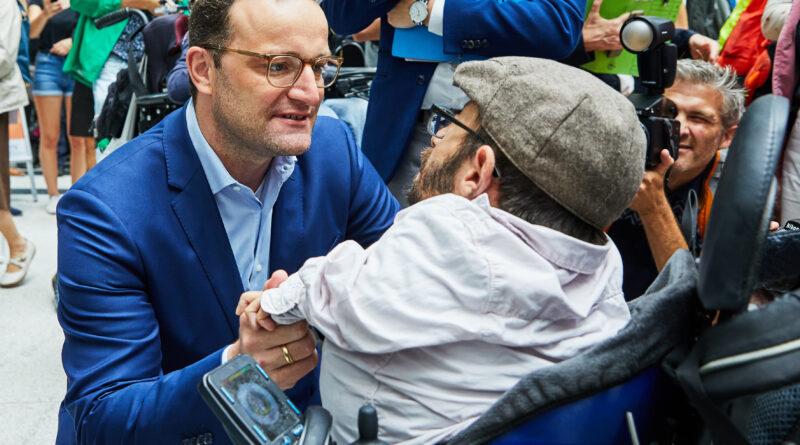 Jens Spahn und Raul Krauthausen