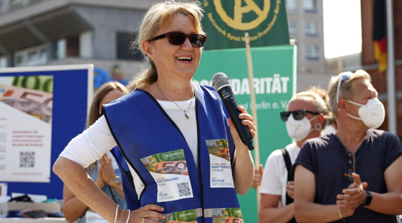 Dr. Gabriele Schlimper (Geschäftsführerin Paritätischer Wohlfahrtsverband Landesverband Berlin) auf einer Protestaktion vor dem Roten Rathaus.