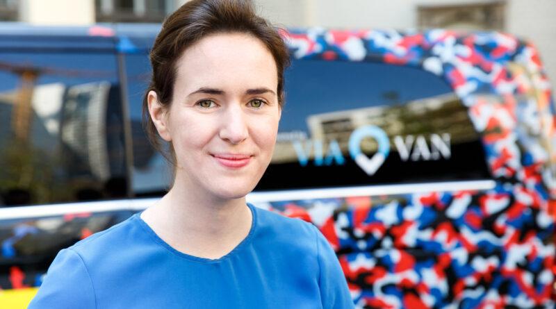 Portrait von Valerie von der Tann. Imm Hintergrund unscharf ein Umriss eines Berlköönig-Fahrzeugs.
