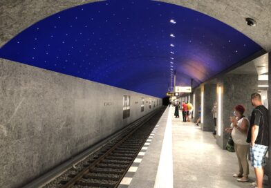 "Blick in den kompletten U-Bahnhof ""Museumsinsel"" mit blauem Sternenhimmel an der Decke."
