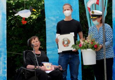 Birgit Steiger im Rollstuhl links im Bild und zwei weitere Personen stehend.